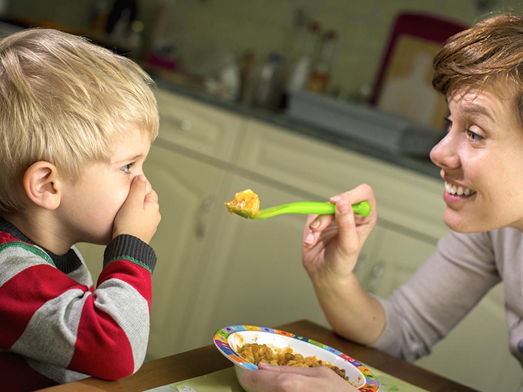 """""""Dijete neće da jede, hoće samo slatkiše..."""" i drugi problemi u ishrani djece"""