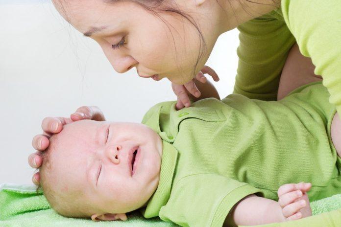 GRČEVI KOD BEBA: Simptomi, uzroci i kako pomoći bebama?