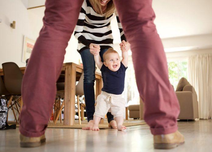 Kad beba počinje da hoda Prvi koraci i šta treba znati prije nego što dijete prohoda