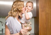 Alkohol i dojenje ili piće kad dijete zaspi? Da li je opasno i čini li vas to lošom majkom? mamaklik