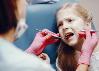 koji-su-sve-uzroci-karijesa-i-pokvarenih-zuba-upala-kod-djece-i-beba-mamaklik.jpg