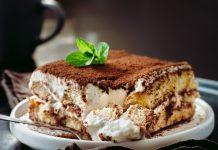 Tiramisu sa bijelom čokoladom je neodoljiv kolač, a priprema je laka. Ukoliko ga pravite za manju djecu, nes kafu možete zamijeniti kakaom ili mlijekom i njime kvasiti piškote.