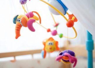 Zašto-je-muzička-igračka-za-krevetac-vrteška-VAŽNA-za-bebu-mamaklik.jpg