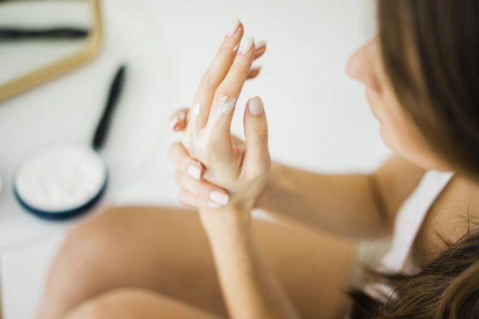 kako-napraviti-prirodne-maske-za-ruke-savjeti-recept-mamaklik.jpg