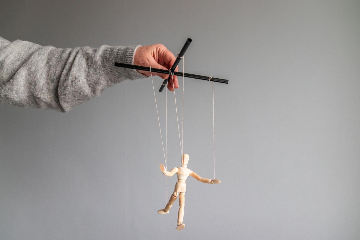 emotivni-manipulatori-bježite-od-ljudi-koji-se-nepotrebno-žrtvuju-za-vas-mamaklik.jpg